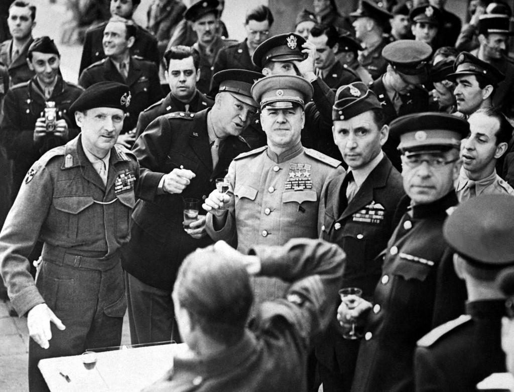 Монтгомери и Жуков празднуют победу