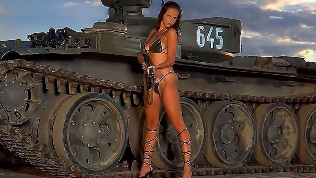 красивая девочка на фоне танка